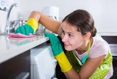 与户内旧布和清洁剂的女性houseworker 库存图片