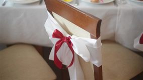 与户内红色弓关闭的白色椅子在婚礼宴会或招待会 婚礼装饰 大日 股票视频