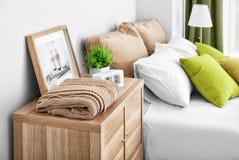 与户内舒适的床的木洗脸台 免版税库存照片