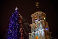 与户外光的圣诞树在晚上在基辅 背景的索菲娅大教堂 庆祝新年度 库存照片