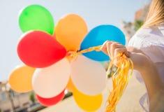与户外气球的家庭 免版税库存图片