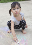 与户外白垩的小的亚洲女孩图画 库存照片