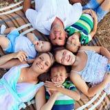 与户外childs的一个家庭 免版税库存照片
