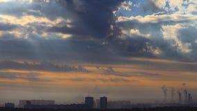 与房子和工厂烟囱的都市风景 免版税库存图片
