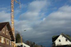 与房子和建筑用起重机的冬天风景 免版税库存图片