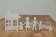 与房子和汽车的纸保险开关家庭 免版税库存照片