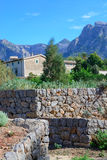 与房子和石块墙的山风景 图库摄影