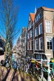 与房子和运河的五颜六色的街道视图在德尔福特,荷兰 库存图片