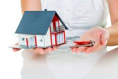 与房子和钥匙的房地产开发商 库存照片