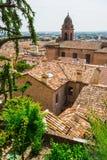 与房子屋顶的Andscape在省的小托斯坎镇 免版税图库摄影