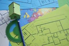 与房子模型和楼面布置图的大厦计划 库存照片