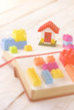 与房子模型的塑料砖块 库存照片