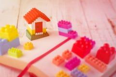 与房子模型的塑料砖块 库存图片