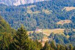 与房子的农村风景在特兰西瓦尼亚,罗马尼亚 库存照片