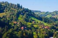 与房子的农村风景在特兰西瓦尼亚,罗马尼亚 免版税图库摄影