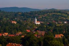 与房子的农村风景在特兰西瓦尼亚,罗马尼亚 库存图片