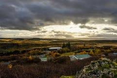 与房子的冰岛风景在近日出金黄小时 免版税库存照片