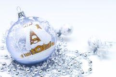 与房子的圣诞节球 免版税库存图片