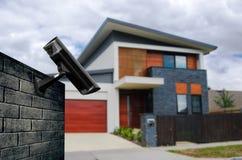 与房子的安全监控相机 免版税库存照片