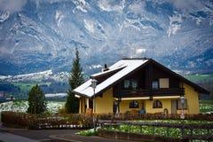 与房子的山风景 库存照片