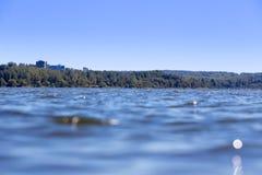 与房子的湖水背景的 免版税图库摄影