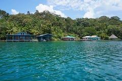 与房子的热带海岸线在水 免版税库存图片