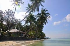 与房子的热带海滩在钛附近他海岛酸值的苏梅岛,泰国海 免版税库存图片
