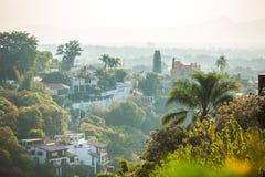 与房子的美好的库埃纳瓦卡市风景 免版税库存照片