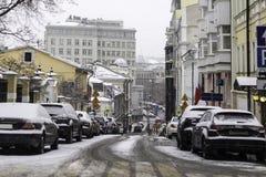 与房子的车道,建造在19世纪,在城市的中心在期间降雪 免版税库存图片