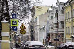 与房子的车道,建造在19世纪,在城市的中心在期间降雪 库存图片