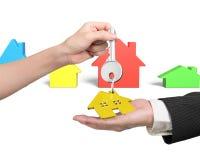 给与房子钥匙圈的妇女手钥匙人手 免版税库存照片