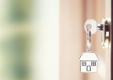 与房子钥匙的前门与链钥匙 免版税库存图片