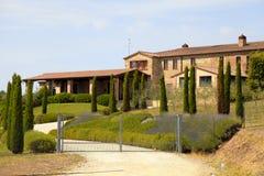 与房子,意大利的农村托斯坎风景 库存图片