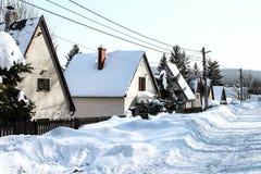 与房子-降雪和冷气候的斯诺伊风景 免版税图库摄影
