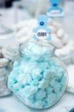 与所有的五颜六色的婚礼糖果表 库存图片