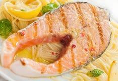 与扁面条面团的烤三文鱼炸肉排 免版税图库摄影