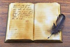 与羽毛2的旧书 库存照片
