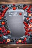 与手写的文本字法的各种各样的莓果框架:莓果食谱,顶视图 库存图片