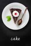 与手在黑板写的字法文本的巧克力蛋糕 免版税库存图片