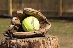 与手套的垒球 免版税库存照片