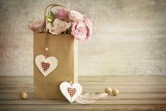 与手工制造心脏的浪漫静物画背景,葡萄酒 库存图片