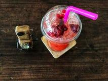 与手工制造手表的水果的汁液在木桌上 免版税库存图片