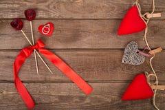 与手工制造玩具心脏和圆环的情人节背景在木桌 图库摄影