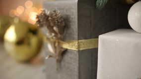 与手工制造用丝带装饰的礼物和礼物的时髦的白色内部和爆沸在圣诞树下 股票视频