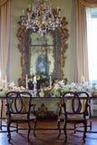 与手工制造蜡烛和花的葡萄酒室内部装饰 库存图片