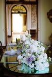 与手工制造蜡烛和花的葡萄酒室内部装饰 库存照片