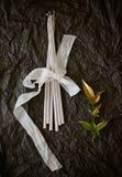 与手工制造蜡烛和花的装饰 免版税库存照片