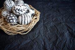 与手拉的不同的乱画样式的复活节彩蛋在12月 免版税库存照片