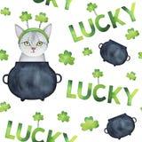与手拉的水彩StPatrick ` s元素的反复性的样式:绿色三叶草离开,黑铁金壶,愉快的全部赌注 库存例证