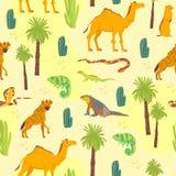与手拉的沙漠动物,爬行动物,仙人掌,在黄色背景隔绝的棕榈树的传染媒介平的无缝的样式 皇族释放例证